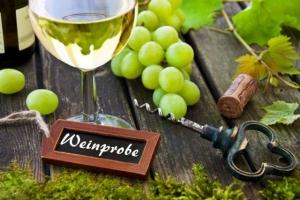 Weinprobe im Tennis-Clubhaus